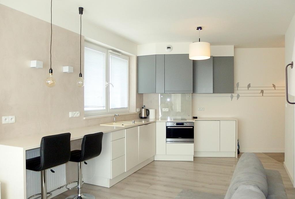 widok z salonu na kuchnię w apartamencie do sprzedaży Wrocław Stare Miasto