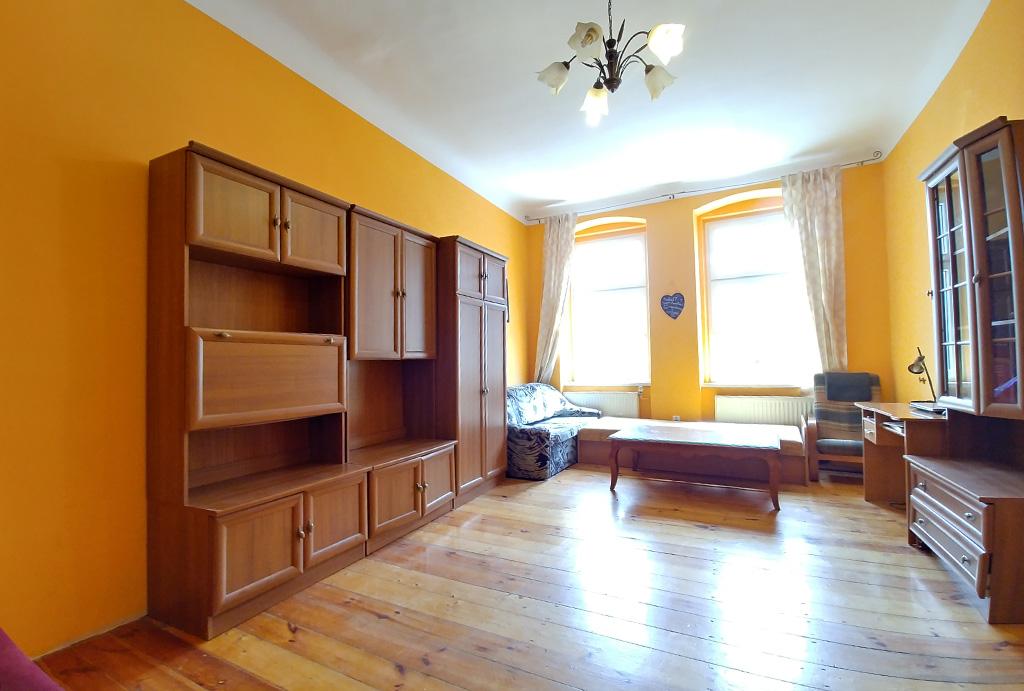 na zdjęciu wytworny salon w mieszkaniu na sprzedaż Wrocław Śródmieście