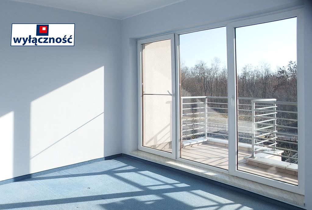 komfortowy pokój dzienny z balkonem w mieszkaniu do sprzedaży Wrocław Fabryczna