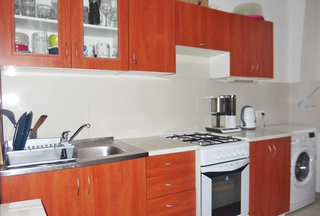 kuchnia w funkcjonalnej zabudowie w mieszkaniu do sprzedaży Wrocław Krzyki