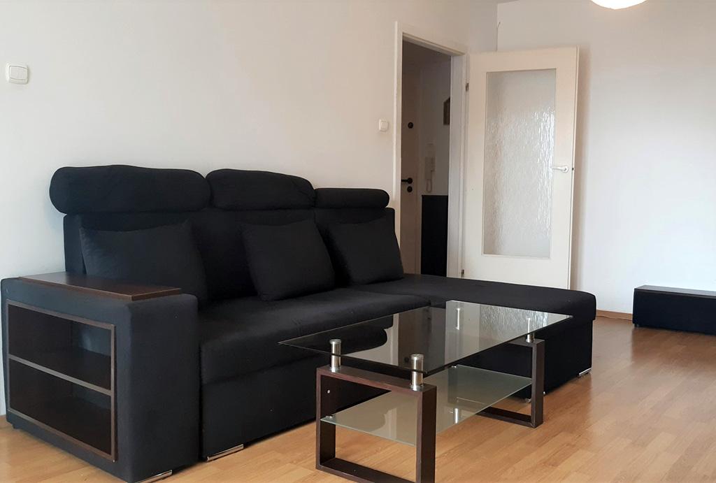 widok z innej perspektywy na słoneczny salon w mieszkaniu do wynajmu Wrocław Muchobór