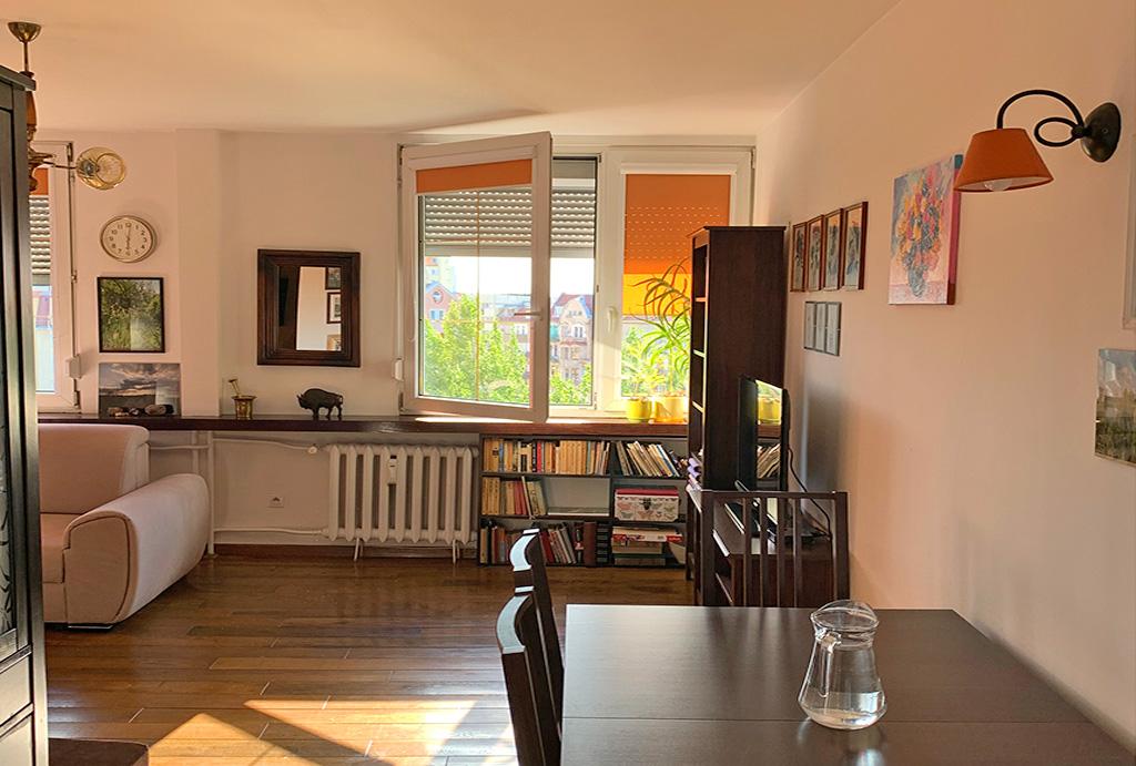 widok na pokój dzienny w mieszkaniu na sprzedaż Wrocław Krzyki