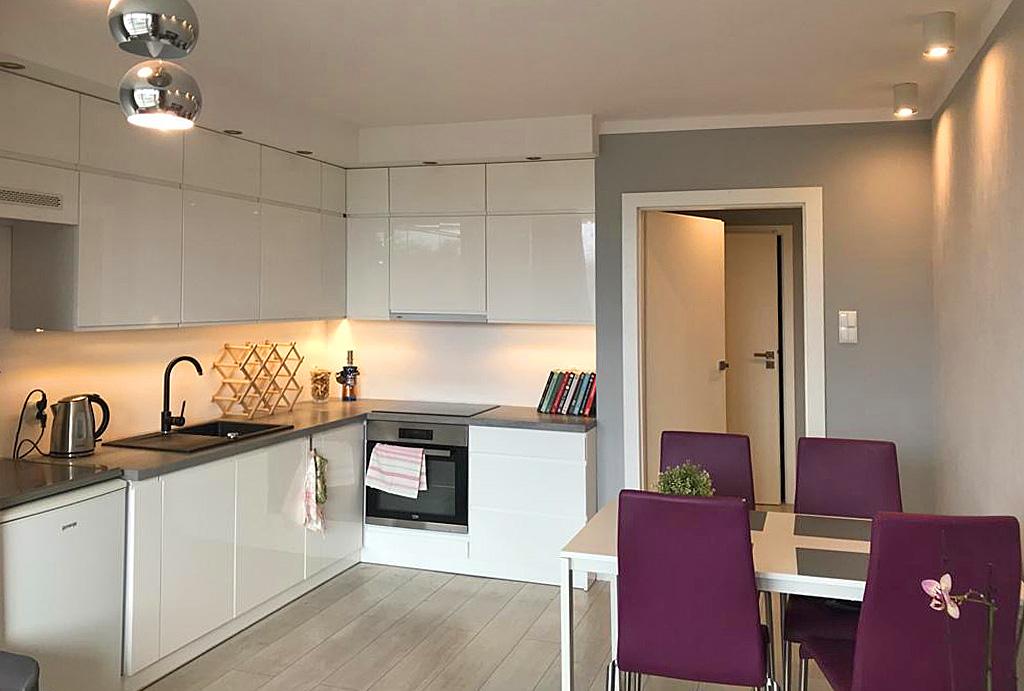 kuchnia w praktycznej zabudowie w mieszkaniu na wynajem Wrocław Fabryczna