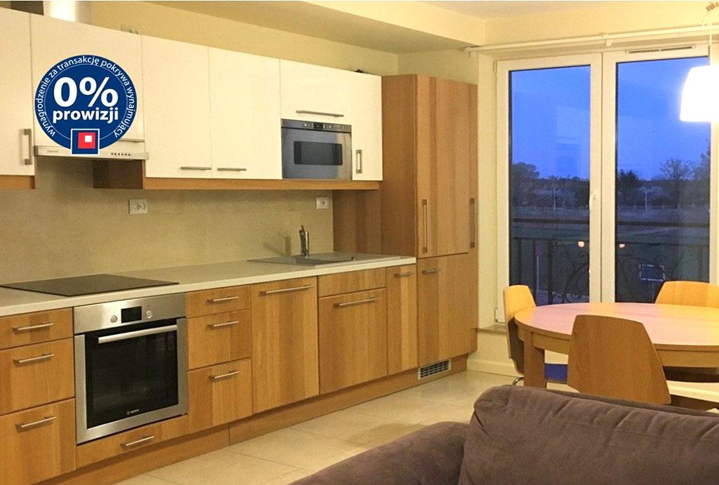 po lewej aneks kuchenny, po prawej salon w mieszkaniu do wynajęcia Wrocław Jagodno