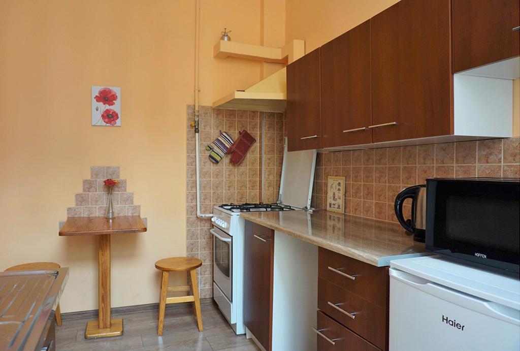 kuchnia w funkcjonalnej zabudowie w mieszkaniu do wynajęcia Wrocław Stare Miasto