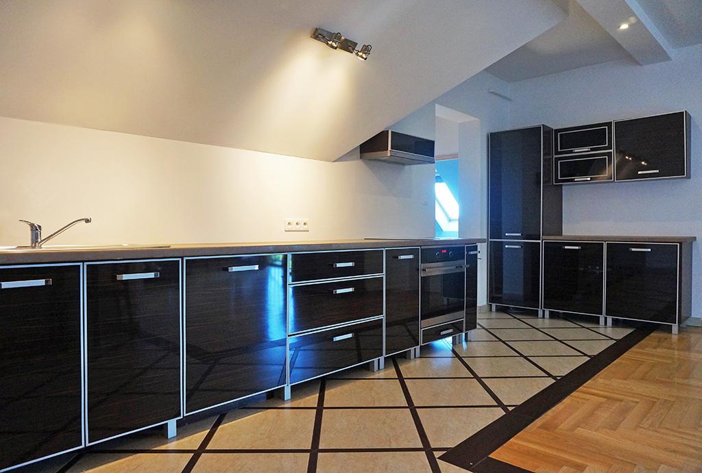 kuchnia w praktycznej zabudowie w mieszkaniu do wynajmu Wrocław (okolice, Tyniec Mały)