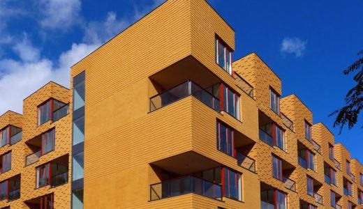 widok z boku na apartamentowiec, w którym znajduje się oferowane do sprzedaży mieszkanie Wrocław Fabryczna