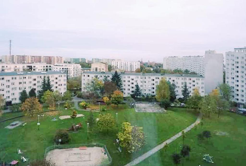 widok z okna na osiedle, gdzie znajduje się oferowane na sprzedaż mieszkanie Wrocław Różanka