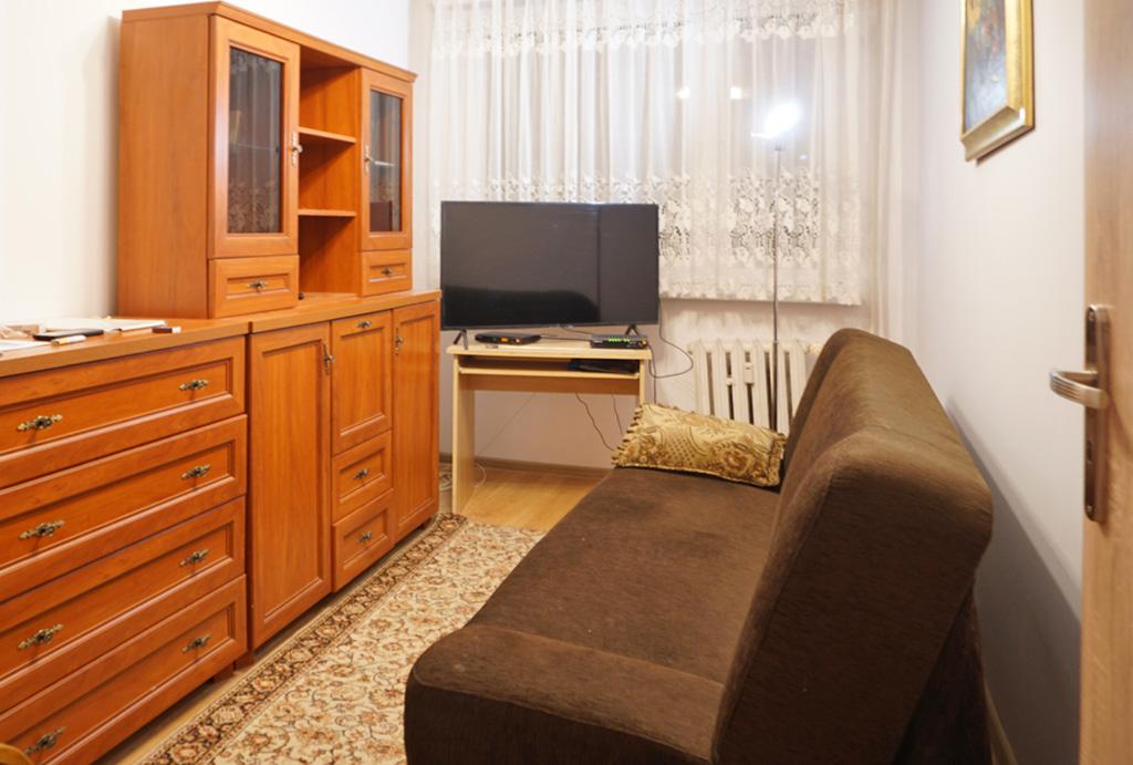 druga strona pokoju gościnnego w mieszkaniu do wynajmu Wrocław Psie Pole