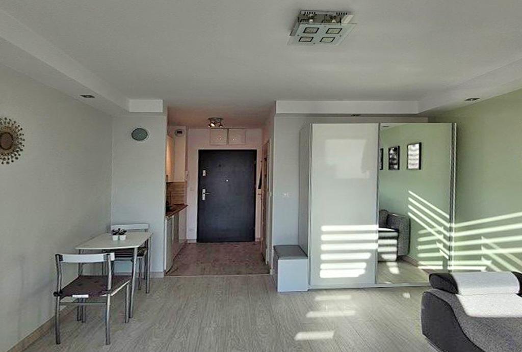 widok z salonu na przedpokój w mieszkaniu do wynajmu Wrocław Fabryczna