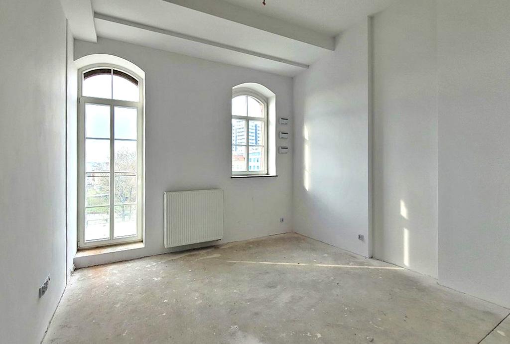 nieumeblowane wnętrze salonu w ekskluzywnym apartamencie do sprzedaży Wrocław Stare Miasto