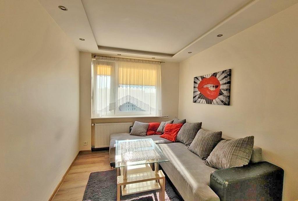 kameralny salon w mieszkaniu do sprzedaży Wrocław Fabryczna