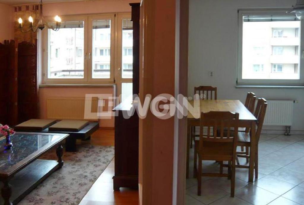 po lewej stronie salon, po prawej stronie kuchnia w mieszkaniu na wynajem Wrocław Krzyki