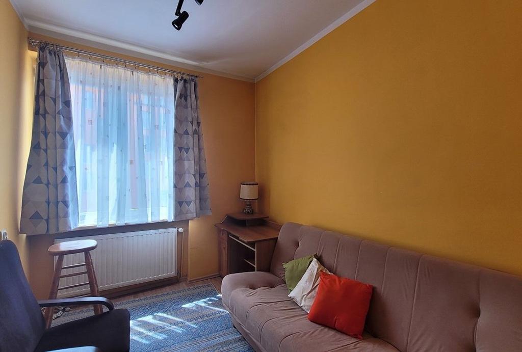 przeciwległa ściana pokoju gościnnego w mieszkaniu do wynajmu Wrocław Stare Miasto