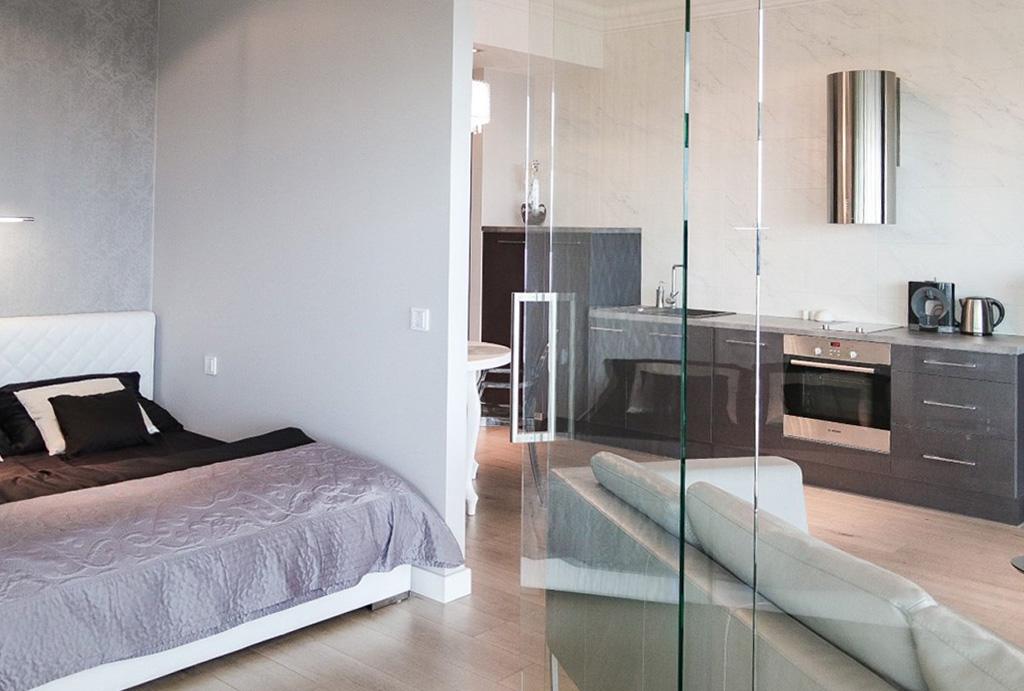 po lewej sypialnia, po prawej salon w apartamencie na wynajem Wrocław