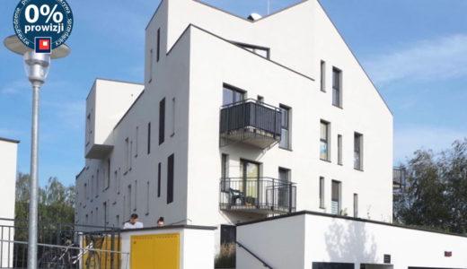nowoczesne osiedle, na którym znajduje się oferowane na sprzedaż mieszkanie Wrocław