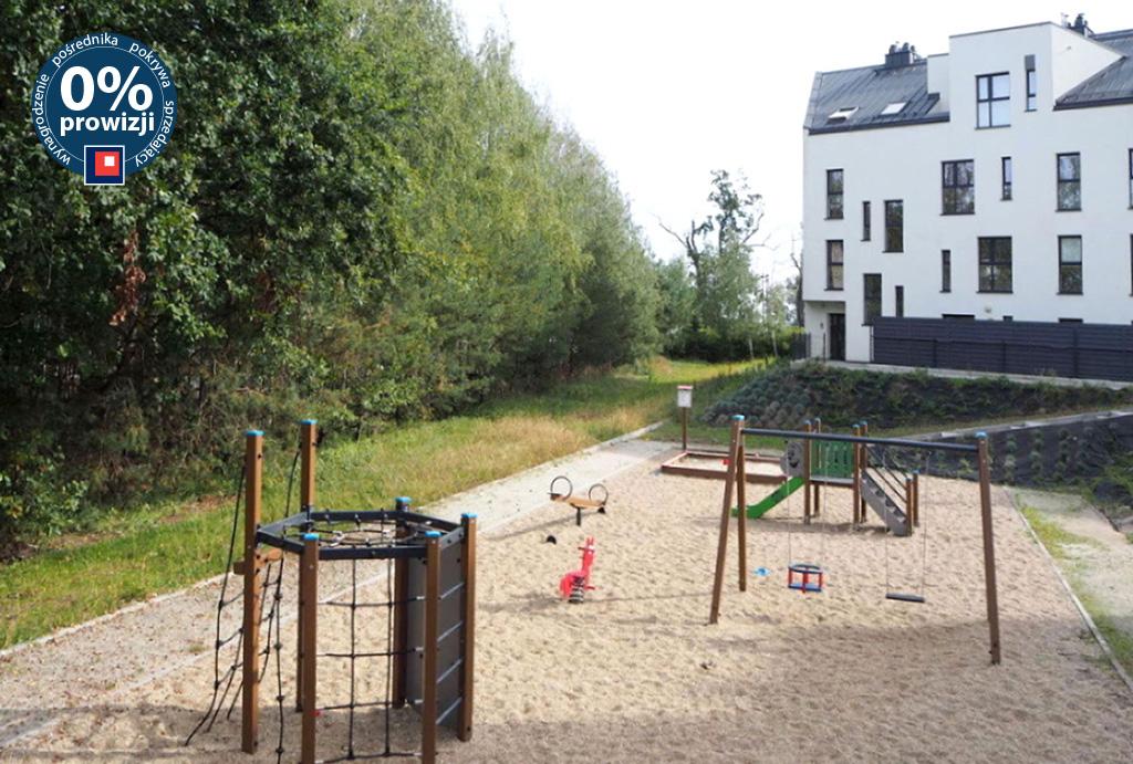 plac zabaw przed blokiem, gdzie mieści się mieszkanie do sprzedaży Wrocław