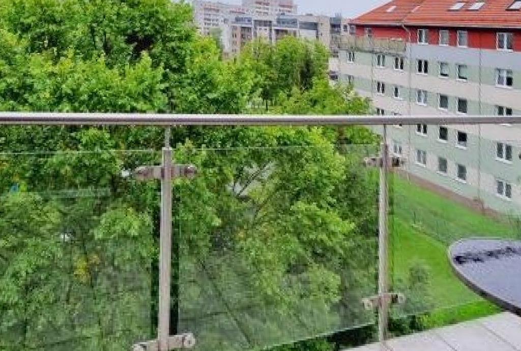 widok na zieleń z balkonu mieszkania na sprzedaż Wrocław